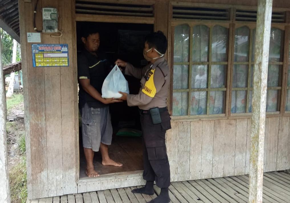 Ringankan beban warga di tengah Pandemi Virus Corona, Bhabinkamtibmas Desa Kapuh beri sembako kepada warga